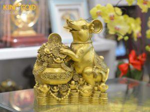 Quà tặng tượng chuột tài lộc bằng đồng bên hũ tiền phú quý