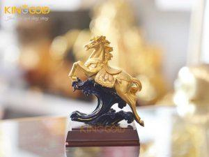 Tượng ngựa mạ vàng phi nước đại làm quà dành tặng người tuổi Ngọ